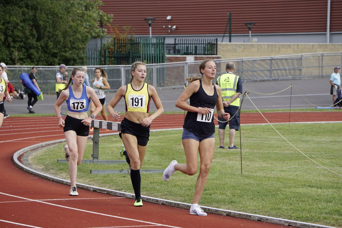 Emma Etheredge (at the front) surprised herself by claiming the senior women's 1,500m title in a race that also took in the U17s and U20s. (29932564)