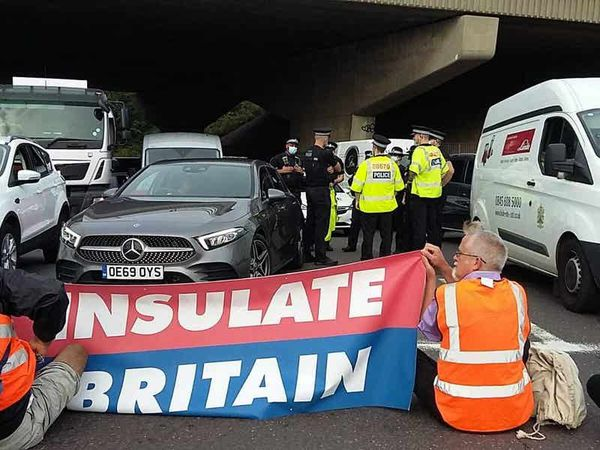 Shapps demands police remove climate protesters blocking M25