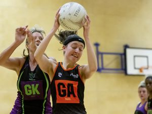 Picture By Peter Frankland. 28-01-20 Netball - Titans v Blaze. L-R - Lorna Hall and Abbie Greening. (27018525)