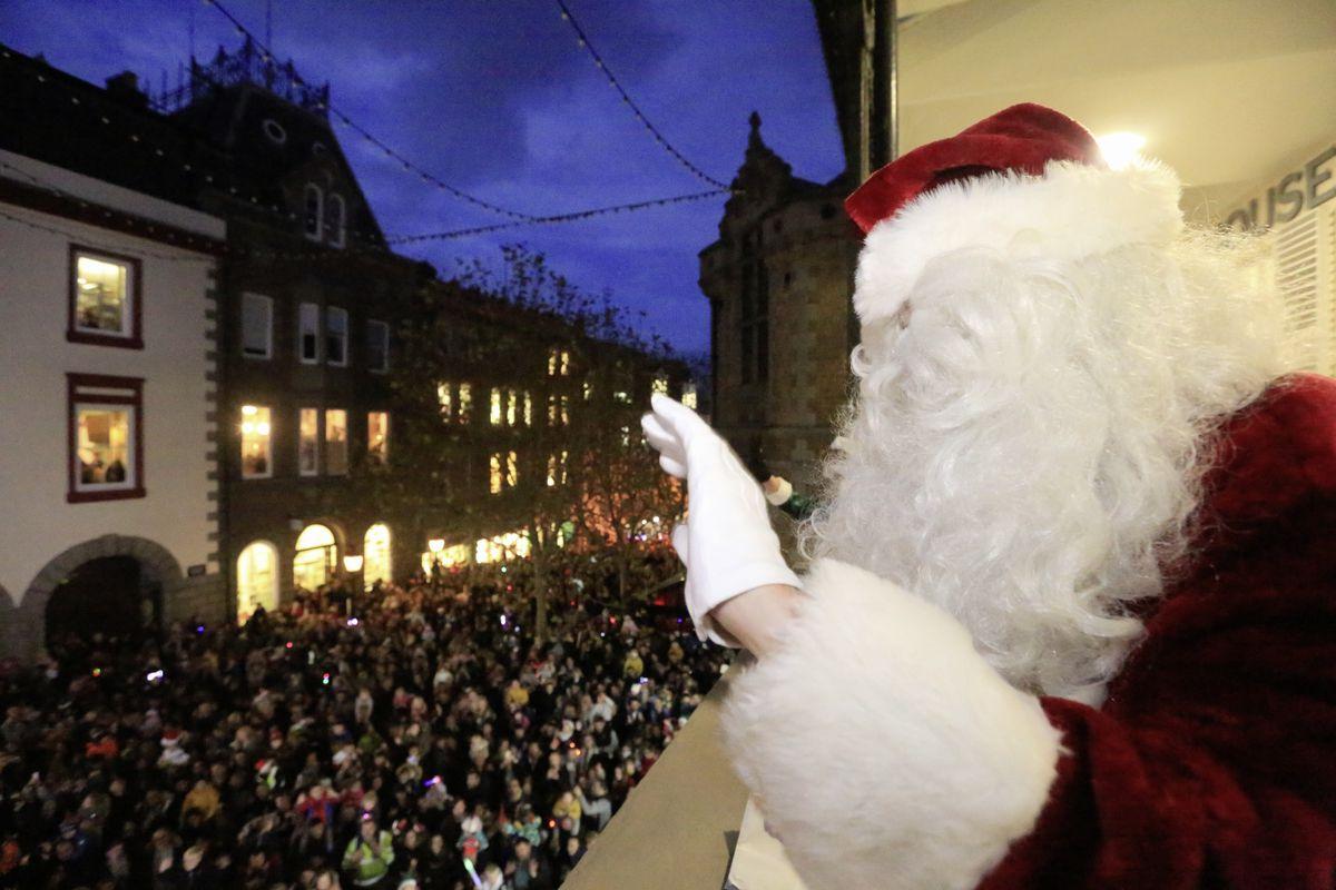 Santa waves from the balcony. (28937298)