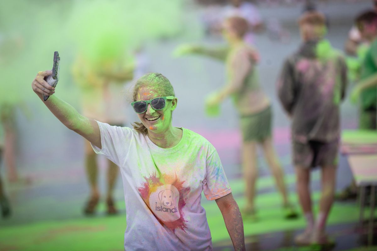 Picture by Sophie Rabey.  19-09-20. Islands Insurance have sponsored a Colour Run on Vazon Beach to help raise money for Guide Dogs for the Blind. (28707302)