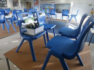 Tables and chairs in a classroom (29198617)