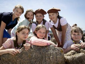 Picture By Cassidy Jones. 08-06-21 L > R Liily (9), Jess (9), Imani (10), Tian- Louise (10), Sophie (9), Maisy (9), Amgelina (8). Filming at Les Grandes Rocques with La Mare De Carteret primary school for the a al perchoine musical. (29633174)