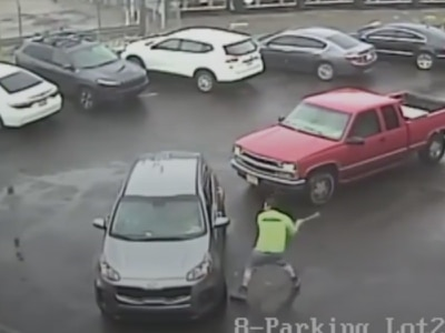 In Video: man attacks car and passenger with sledgehammer