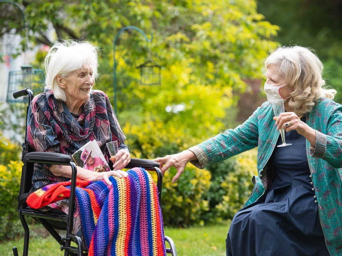 Cautious welcome for plans to allow hand-holding during care home visits