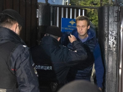 Russian opposition leader Alexei Navalny detained moments after release