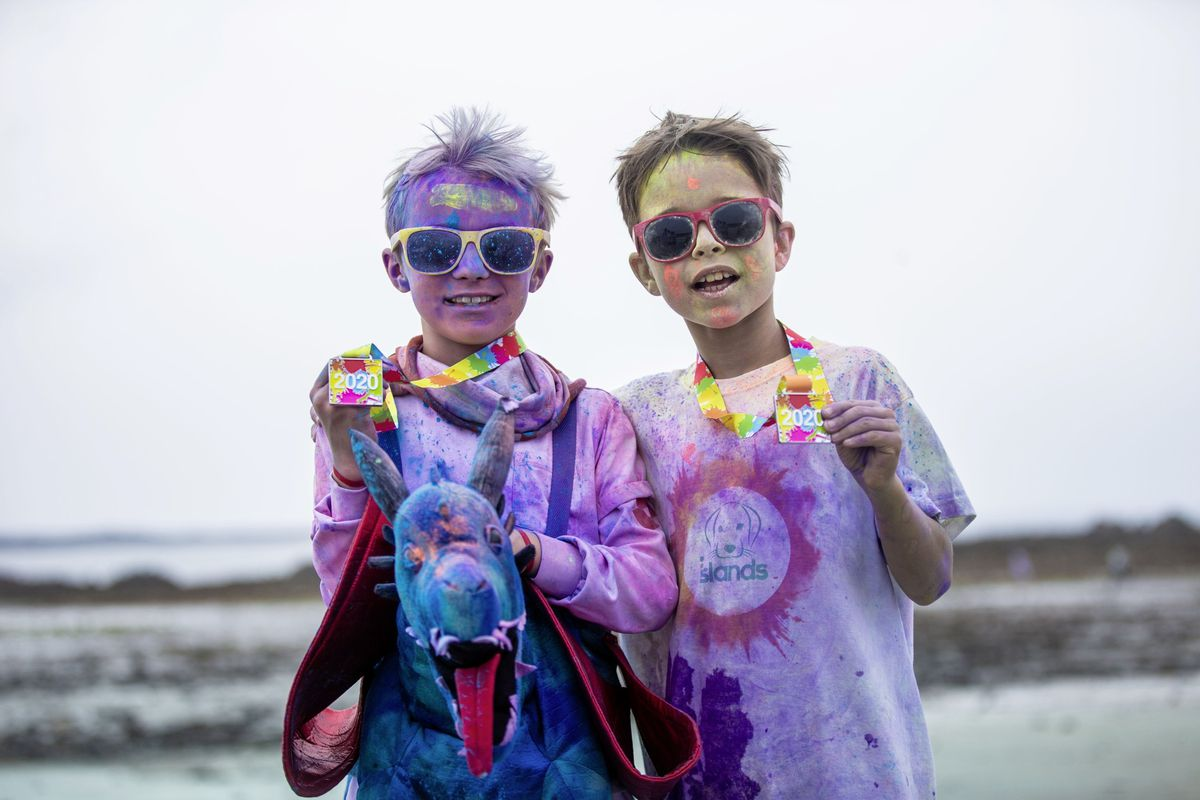 Picture by Sophie Rabey.  19-09-20. Islands Insurance have sponsored a Colour Run on Vazon Beach to help raise money for Guide Dogs for the Blind. L-R Woody Amy and Leo Hervouet, both 9 years old. (28707308)