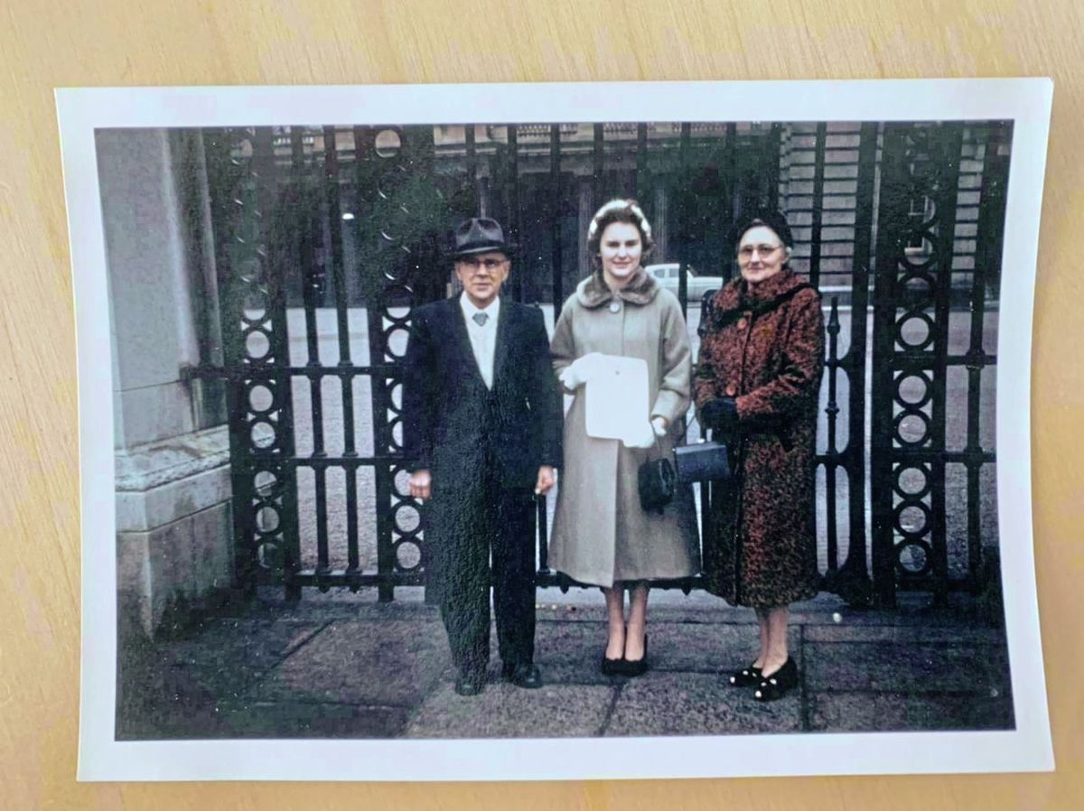 Elizabeth with her parents outside the gates of Buckingham Palace before she received a badge from the Duke Prince Philip for completing her gold award in 1960. (29447245)