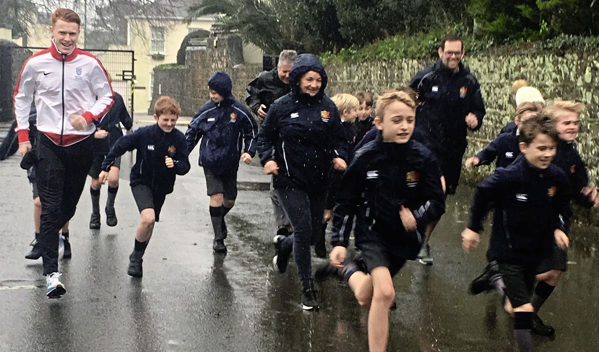 GB athlete and former Beechwood pupil Alastair Chalmers went back to his old school to inspire pupils in a wet start to the Daily Mile.