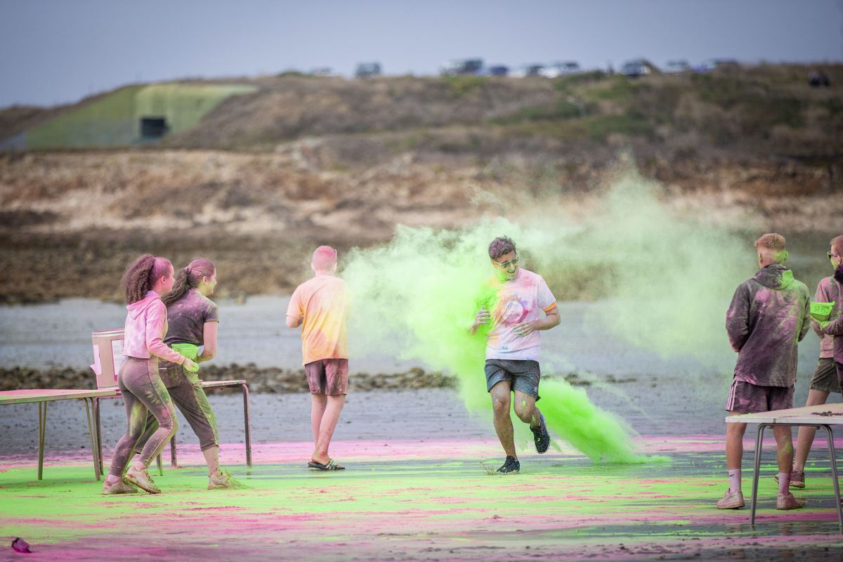 Picture by Sophie Rabey.  19-09-20. Islands Insurance have sponsored a Colour Run on Vazon Beach to help raise money for Guide Dogs for the Blind. (28707326)