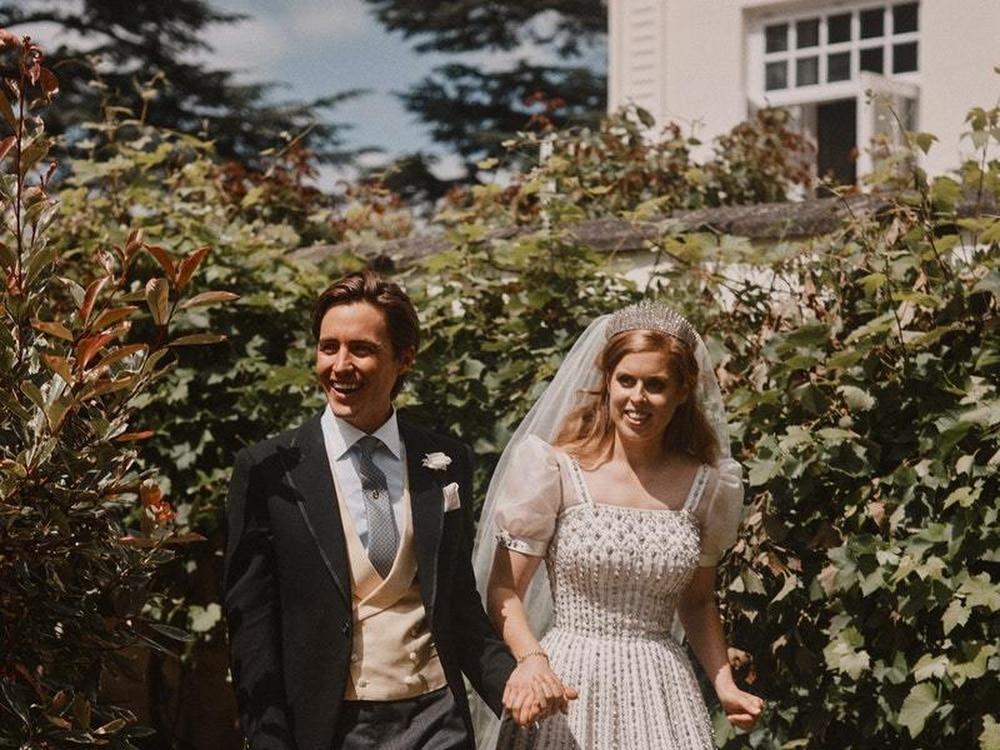 Королевский двор представил свадебные снимки Беатрис - Ровно в полночь