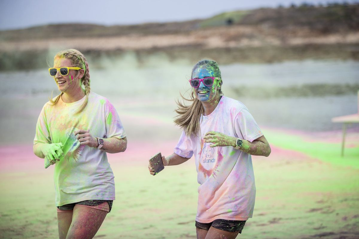 Picture by Sophie Rabey.  19-09-20. Islands Insurance have sponsored a Colour Run on Vazon Beach to help raise money for Guide Dogs for the Blind. (28707332)