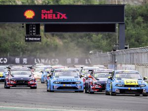 111 PRIAULX Andy, (GRB), Cyan Performance Lynk & Co, Lynk & Co 03 TCR, 05 MICHELISZ Norbert, (HUN), BRC Hyundai N Squadra Corse, Hyundai i30 N TCR and 11 BJORK Thed, (SWE), Cyan Racing Lynk & Co, Lynk & Co 03 TCR, action depart start race 2 during the 2019 FIA WTCR World Touring Car cup of China, at Ningbo  from September 13 to 15 - Photo Clement Luck / DPPI. (25810039)