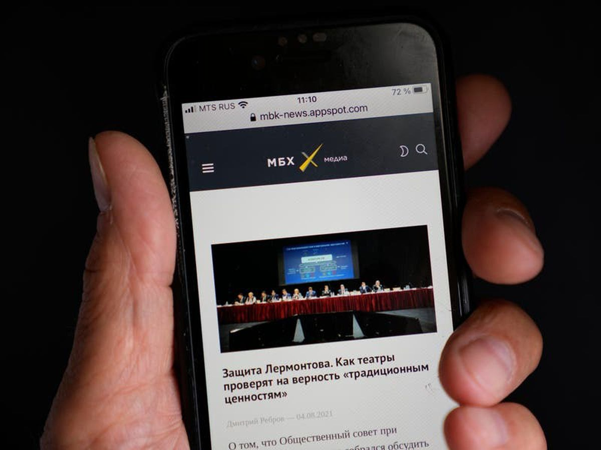 Two Russian news sites and a legal aid group close under pressure