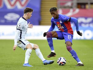 Chelsea's Mason Mount (left) and Crystal Palace's Wilfried Zaha battle for the ball during the Premier League match at Selhurst Park, London. Picture date: Saturday April 10, 2021. (29435105)