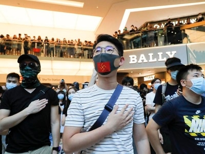 Hong Kong protesters vandalise subway station