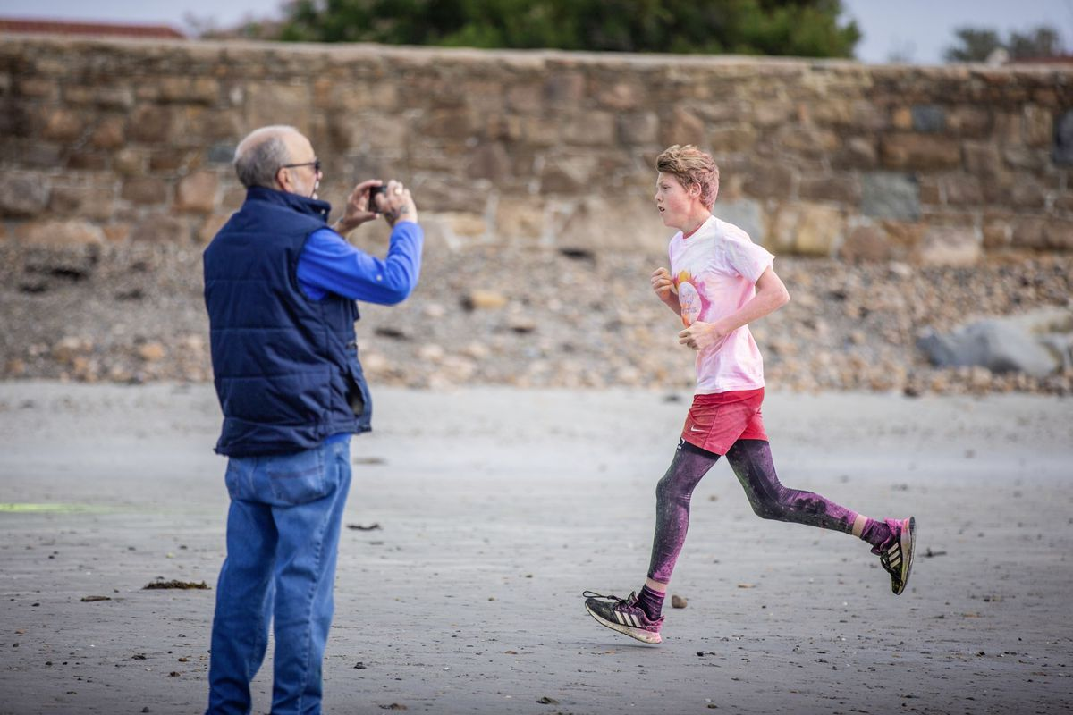 Picture by Sophie Rabey.  19-09-20. Islands Insurance have sponsored a Colour Run on Vazon Beach to help raise money for Guide Dogs for the Blind. (28707322)