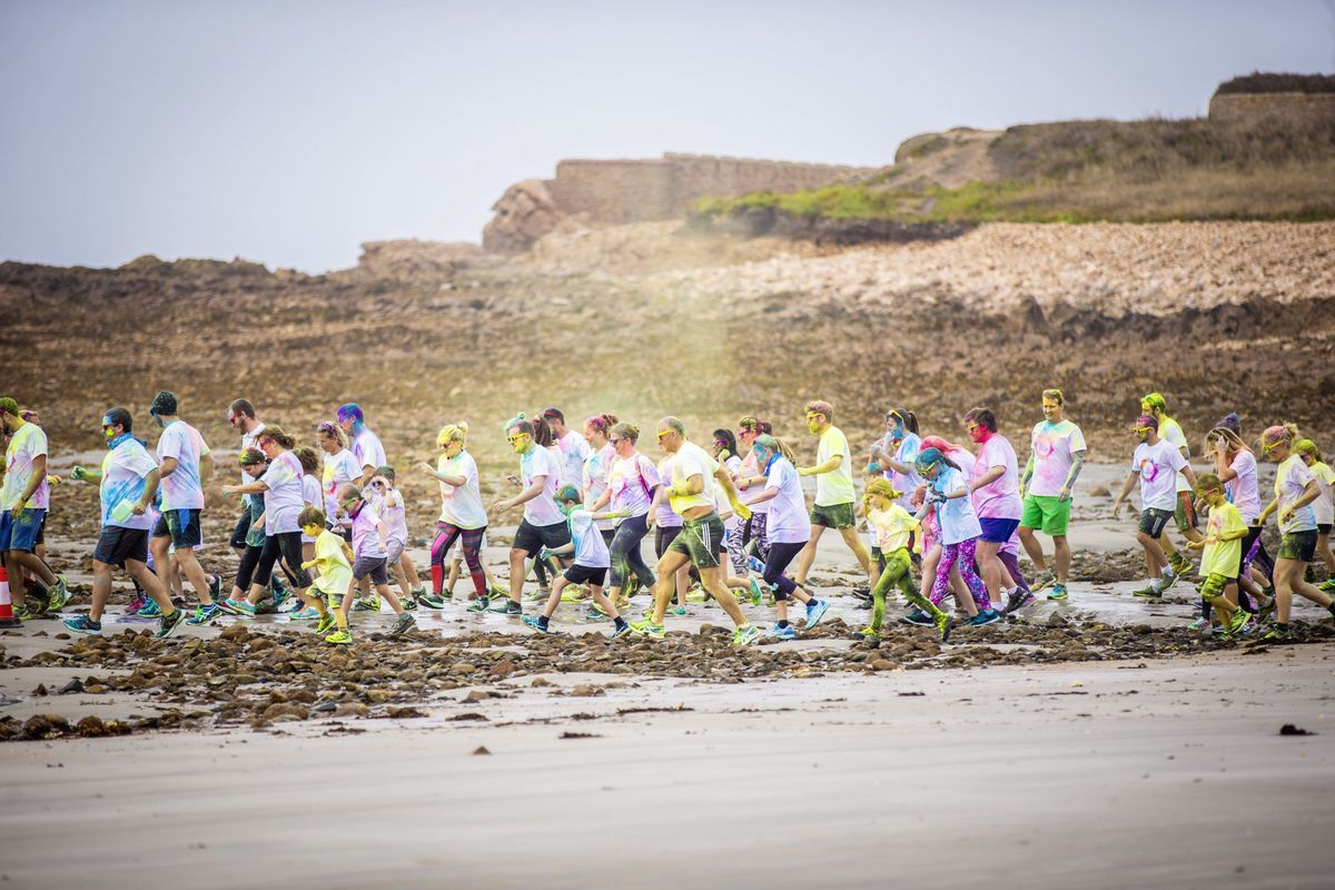 Picture by Sophie Rabey.  19-09-20. Islands Insurance have sponsored a Colour Run on Vazon Beach to help raise money for Guide Dogs for the Blind. (28707320)