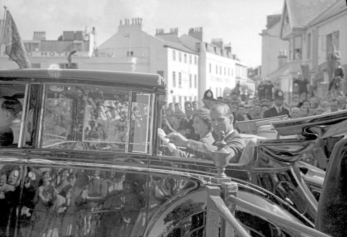 A journey through the packed crowds at Cambridge Park in an open-topped limousine in 1957. (29421400)