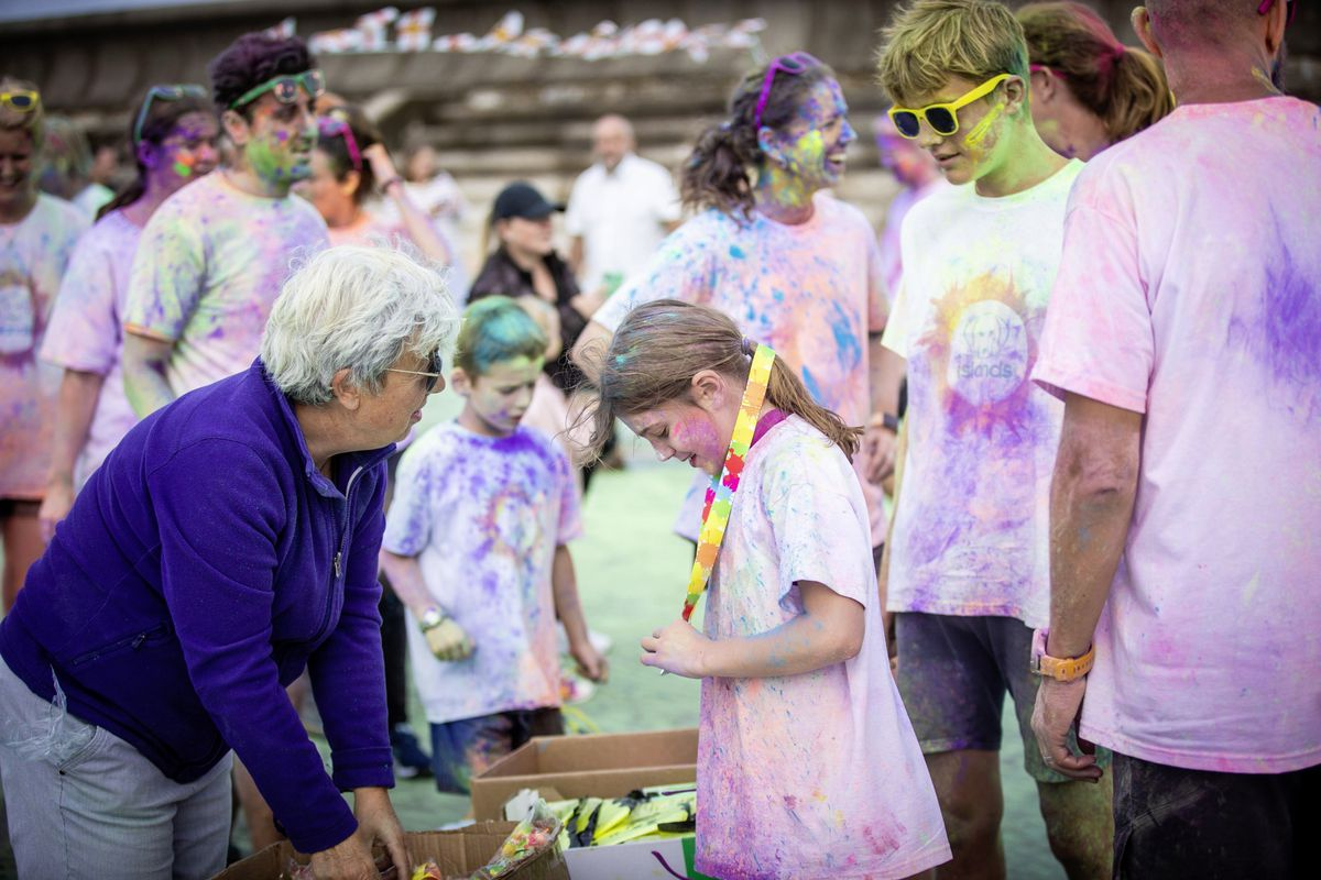 Picture by Sophie Rabey.  19-09-20. Islands Insurance have sponsored a Colour Run on Vazon Beach to help raise money for Guide Dogs for the Blind. (28707306)