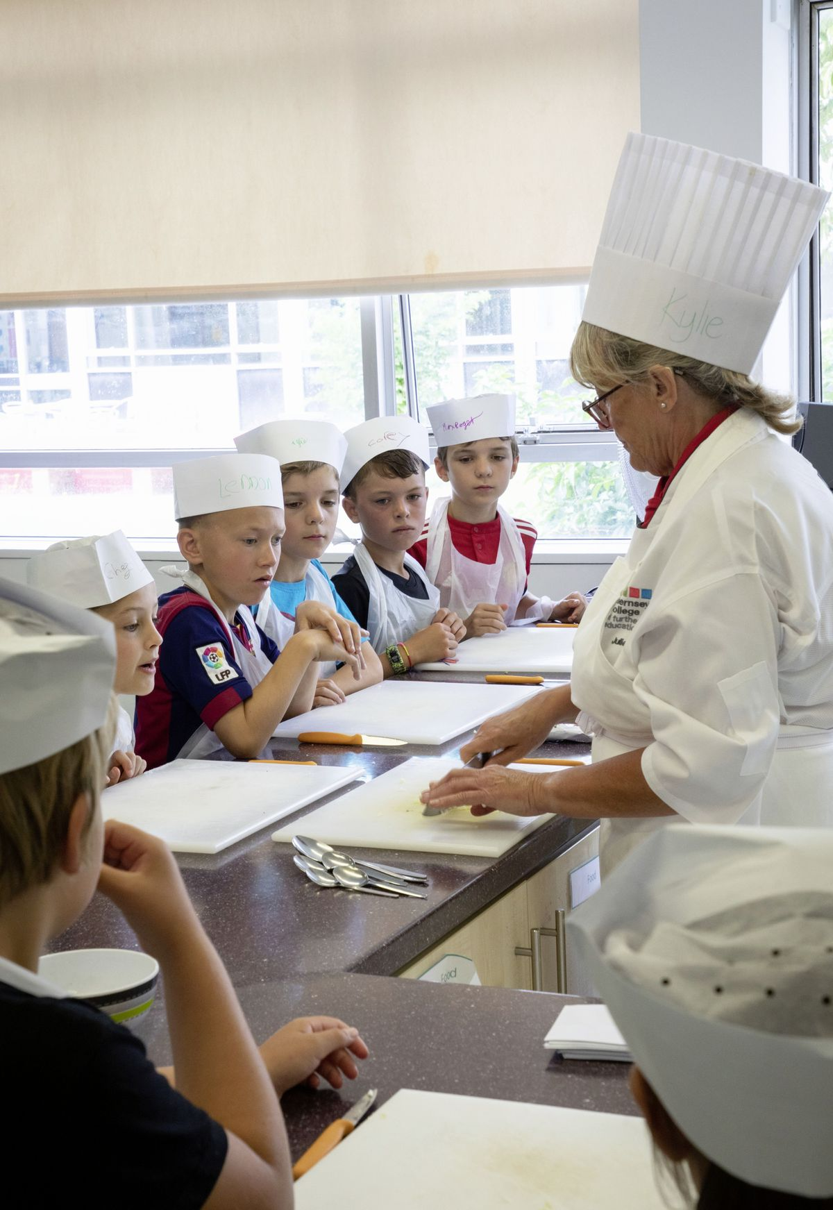 Picture by Sophie Rabey.  05-08-19.  Youth Commissions Summer Playscheme is focusing on teaching children to eat well and learn more about sugar intake.  L-R - Lilly, Guariento, Lennon Hanley, Alfie Roger, Corey Henry and Max Roger with chef, Julie Hyde.. (25436936)