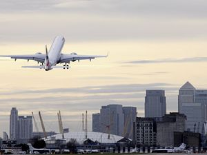 An Embraer 190 takes off from London City over Canary Wharf. (29538081)