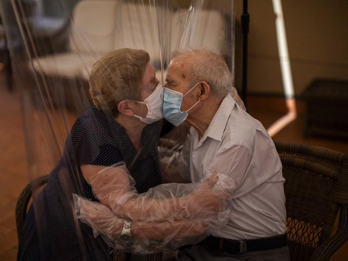 Fantastic plastic allows elderly couple to enjoy a hug in time of Covid-19