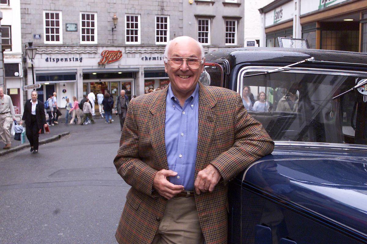 Murray Walker in Smith Street alongside Graham Brown's Austin Chalfont. (29332906)