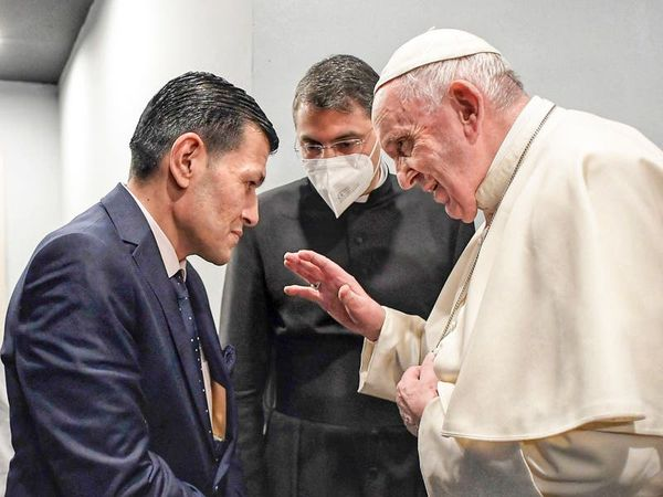 Pope meets father of drowned Syrian refugee boy